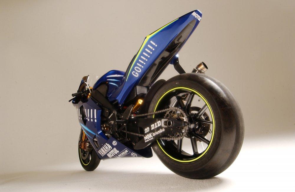 Moto GP Yamaha YZF M1 02.jpg
